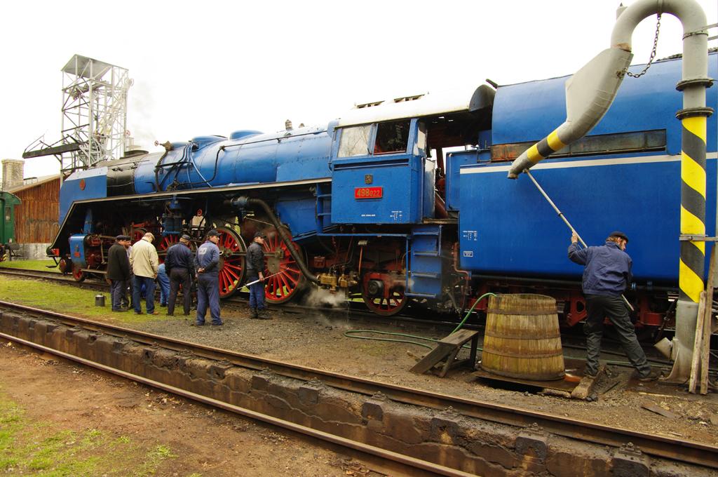 Albatros 498 - Údržba v Lužné - i lokomotivu je třeba napojit