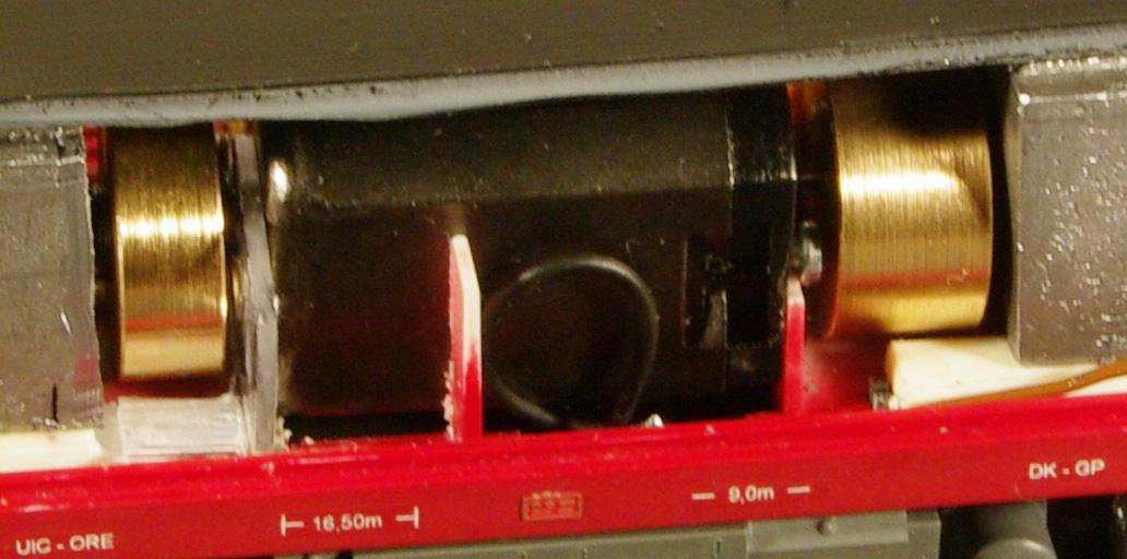 Detail uchyceni motoru Mashima v modelu lokomotivy Brejlovec